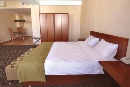 Интериор на модерно декорирана спалня